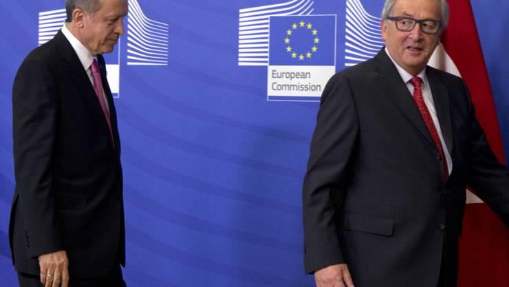 EU-Kommissionspräsident Jean-Claude Juncker (r) wirft dem türkischen Präsidenten Recep Tayyip Erdogan (l) vor, die Beitrittsverhandlungen zu sabotieren (Archiv)