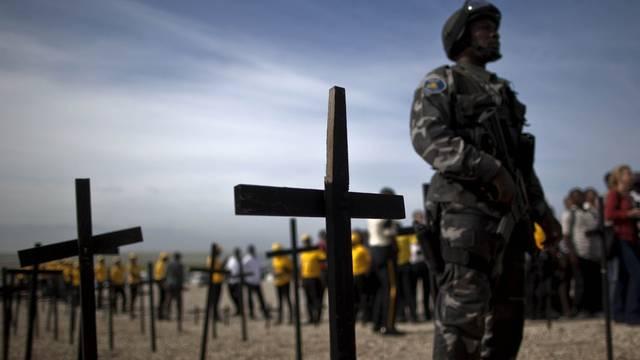 Ein Jahr nach dem verheerenden Erdbeben in Haiti: Ein Soldat steht an einer Gedenkveranstaltung neben Grabkreuzen (Archiv)