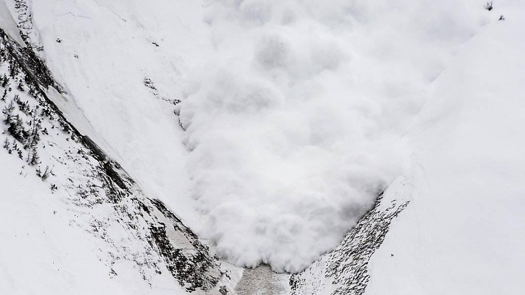 Lawinengefahr am östlichen Alpenhauptkamm, im nördlichen Graubünden und in der Innerschweiz auf Gefahrenstufe «gross» erhöht: Grosse und vereinzelt sehr grosse Lawinen sind dort zu erwarten. (Archivbild)