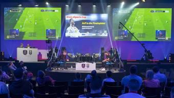 Teilnehmer eins Fifa-e-Sport-Turniers in Basel – noch ist das Publikumsinteresse in der Schweiz verglichen mit anderen Ländern klein.