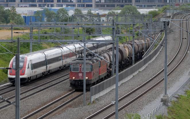 Güterzug und Personenzug auf dem Rangierbahnhof Limmattal