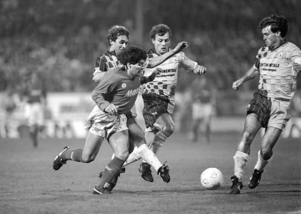 Alle gegen Maradona: Martin Rueda (rechts) versucht zusammen mit Marcel Heldmann und Peter Schepull den Weltstar zu stoppen. Die Wettinger erkämpften sich im Heimspiel gegen Napoli ein 0:0.