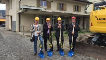 Nach jahrelangen Vorbereitungen beginnt die Abbruch- und Bauphase: Adrian Kiener (Architekt), Dieter Fierz (Architekt), Heinz Leuenberger (Schulleiter) und Daniel Wehrli (Gemeinderat, v. l.) gestern am Spatenstich hinter der «Alten Chäsi».