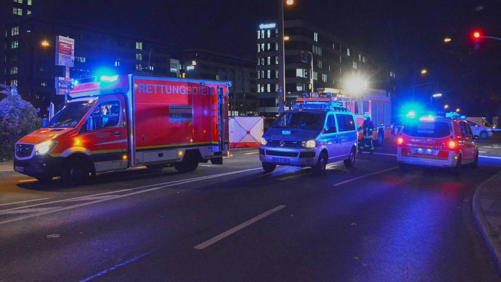 Auto rast in Menschengruppe – ein Toter, drei Schwerverletzte