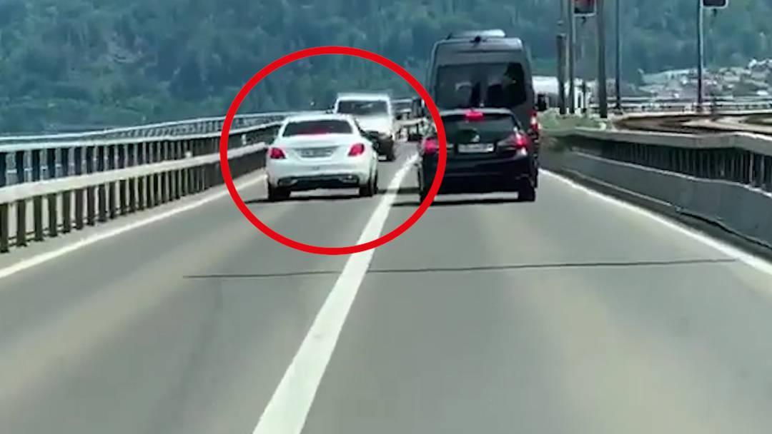 Gefährliches Überholmanöver: Mercedes-Fahrer provoziert Frontalkollision
