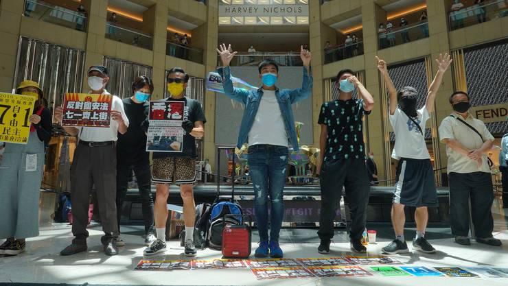 Protest gegen Pekings neues Sicherheitsgesetz: In einem Einkaufszentrum demonstrieren Aktivisten für Demokratie - und für die Unabhängigkeit Hongkongs.