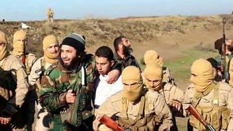 Die IS-Kämpfer mit dem gefangen genommenen Kampfjetpiloten.