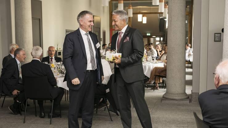 Erich Leutenegger (r.) war 20 Jahre lang Rektor der Handelsschule KV Aarau. Gestern wurde er verabschiedet.
