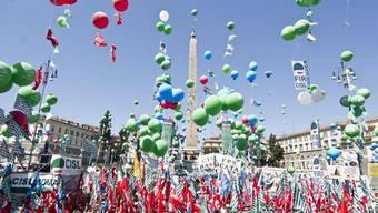 Die Demonstrierenden lassen über Rom Ballons steigen
