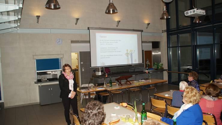 Brigitta Setz von der Kinderkrebshilfe informiert über ihre Organisation