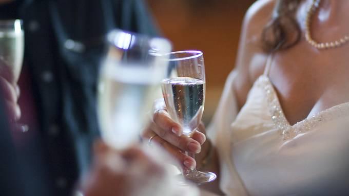 Der Urner Kantonsarzt hat am Dienstag 131 Gäste eines Hochzeitsfests in Schattdorf für zehn Tage in Quarantäne gesetzt. Einer der Hochzeitsgäste war positiv auf das Coronavirus getestet worden. (Symbolbild)
