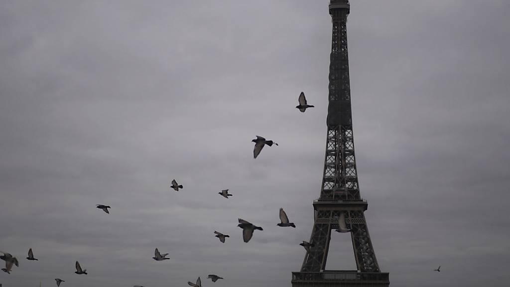 In Frankreich steigt die Zahl der täglich gemeldeten Corona-Todesfälle weiter an. Foto: Thibault Camus/AP/dpa