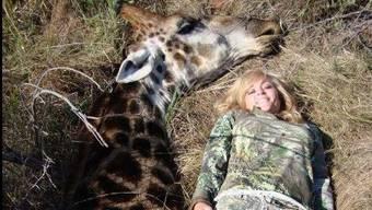 Rebecca Francis besitzt ein Jagdgeschäft und gewann im Jahre 2010 das Realityformat «Extreme Huntress». Hier posiert sie mit einer erlegten Giraffe.