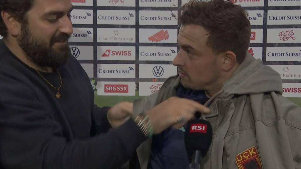 Mitten im Interview wurde dem Fussballspieler eine Jacke umgelegt.