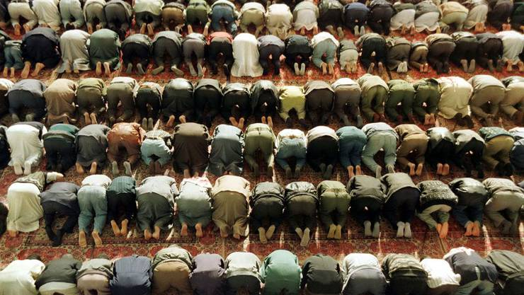 Muslime beten zu Mekka.