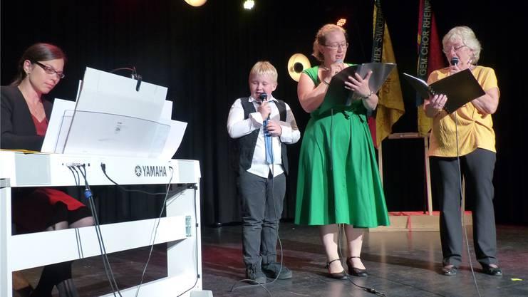 Drei Generationen zum Geburtstag: Chortett-Präsidentin Bernadette Häusler (rechts) mit Schwiegertochter Melanie Häusler, Enkelsohn Eric und Maria Fülöp am Piano.