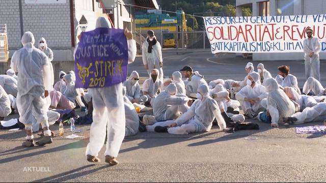 Demonstranten blockieren Ölhafen in Birsfeld