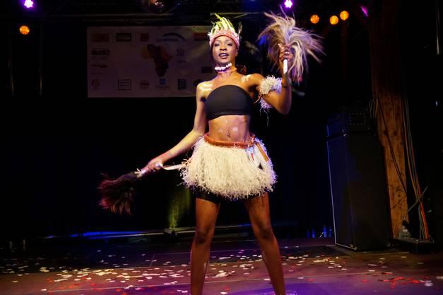 Youma Diew präsentiert einen senegalesischen Tanz