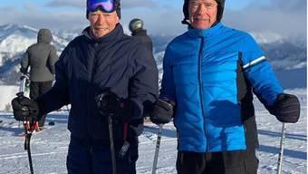 """Clint Eastwood (links) und Arnold Schwarzenegger (rechts) verbringen gemeinsame Skiferien: """"Nennt mir ein kultigeres Duo. Ich warte"""", schrieb Schwarzenegger dazu auf Instagram."""