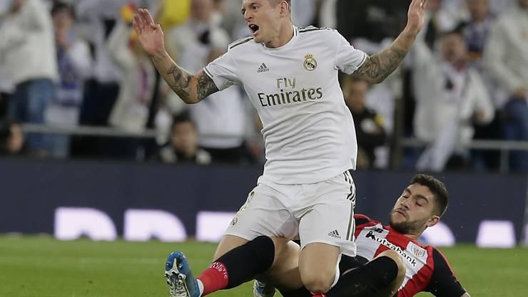 Real Madrids Toni Kroos wird Athletics Innenverteidiger Unai Nuñez gefällt