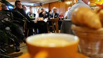 Interessiert verfolgen die Teilnehmenden beim Morgenkaffee die Ausführungen zur Digitalisierung in zwei unterschiedlichen Freiämter Unternehmen. Eddy Schambron