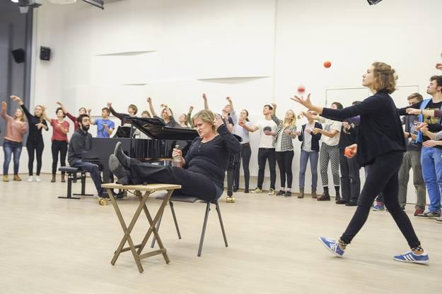 Barbara Schingnitz betrinkt sich, während der Chor im Hintergrund ein Cocktail mixt ...