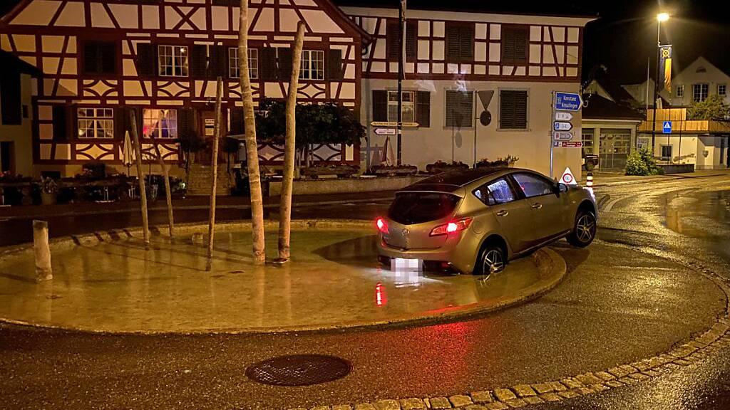 Ende einer Alkoholfahrt: Das Auto blieb im Wasserbecken stecken.