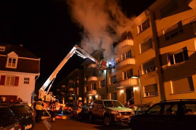 Die meisten Bewohner hatten das Haus schon verlassen. Die Feuerwehr musste aber drei Personen und zwei Katzen aus dem Feuer retten.