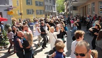 Der Verein «Fricktal tanzt» hat 35 Paare organisiert, die in der Menschenmenge zu Musik ab Lautsprecher beginnen, Disco Fox zu tanzen. Den Passanten blieb aber nicht wie an anderen Flashmobs üblich nur die Zuschauerrolle. Die Paarelösten sich beim zweiten und dritten Lied auf und holten sich Tanzpartner aus dem Publikum.