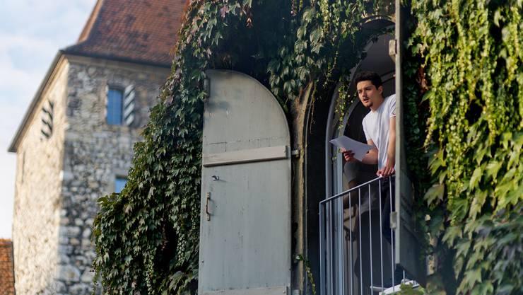 Pino Dietiker spricht abends um 18 Uhr aus der Remise. In dieser lebt er auch während seines zweiwöchigen «Platz»-Projekts.Emanuel freudiger