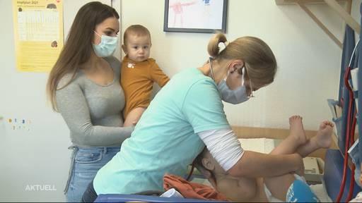 Aargauer Neujahrs-Drillinge bei der Kinderarzt-Kontrolle