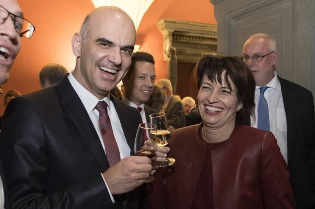 Prosten sich zu: Alain Berset und Doris Leuthard.