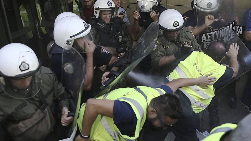 Polizei hindert die Minenarbeiter am Sturm aufs Umweltministerium
