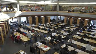 Der Lesesaal der Basler Unibibliothek.