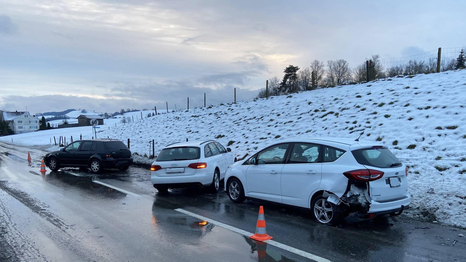 Auf der Luzernstrasse zwischen Huttwil und Hüswil kam zu einem Unfall, in den drei Fahrzeuge beteiligt waren.