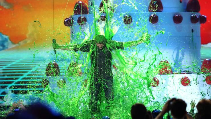 Glibberschleim ist Standard bei den Kids' Choice Awards: Hier kriegt Gastgeber Blake Shelton seinen Schleim ab.