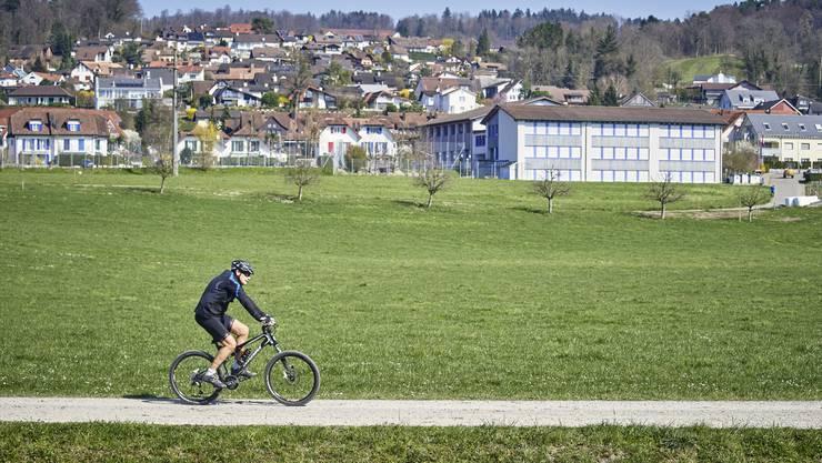 Ein Velofahrer am Flachsee in Unterlunkhofen.