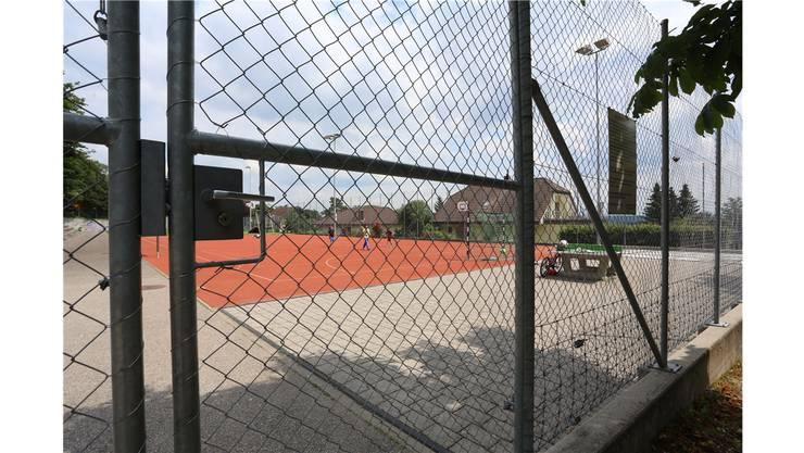 Die Spielfelder auf dem Areal beim Schulhaus Oberdorf sind umzäunt und stehen der Öffentlichkeit nur beschränkt zur Verfügung.