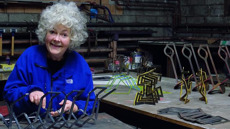 Umgeben von ihren Miniaturen und Modellen: Die Künstlerin Gillian White in ihrem Atelier in Leibstadt.