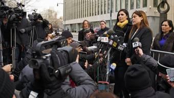 """El Chapos"" Frau Emma (3. v.r.) und Anwältin Michelle Gelernt (2.v.r.) am Freitag nach der Gerichtsanhörung beim United States Federal Courthouse in Brooklyn, New York."