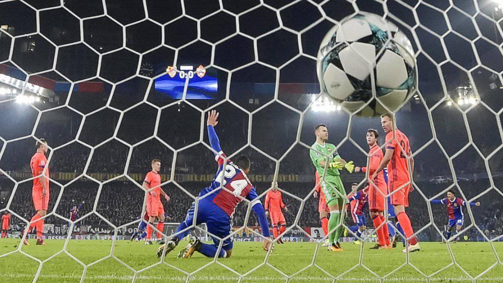Da war die Welt noch in Ordnung: Der Ball landet im Tor der Moskauer.