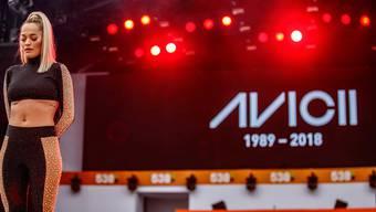 Rita Ora legte an ihrem Konzert eine Schweigeminute für den verstorbenen Musiker Avicii ein.