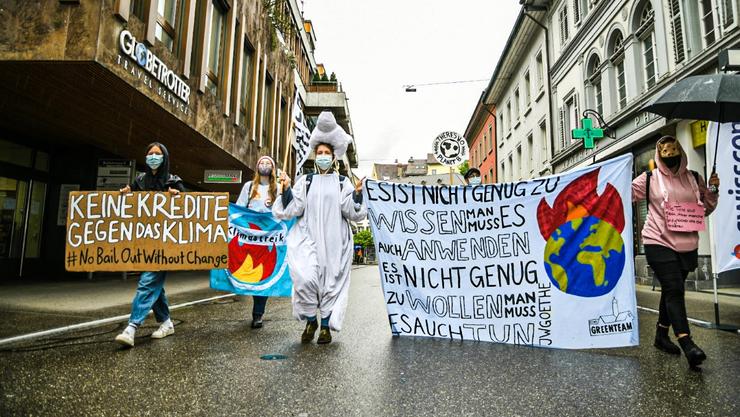 Demonstration in Zeiten von Corona: Ein Eisbär mit Schutzmaske.