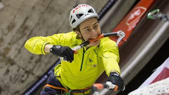Wie auf diesem Bild vom letzten Jahr klettert Kevin Huser auch heute um den Weltcup in Saas-Fee.