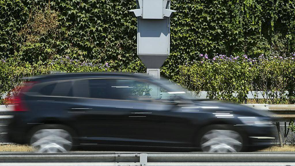 Ein Aargauer Sonderfall steht vor dem Ende: An einem Strassenknoten in Baden soll der erste stationäre Blitzer für Rotlicht- und Temposünder aufgestellt werden. (Themenbild)