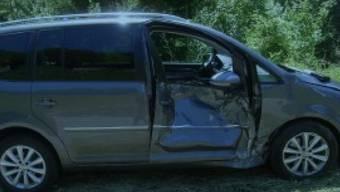 Von einem rollenden Stein getroffen wurde dieses Auto auf der Klausenstrasse im Kanton Uri. Die Beifahrerin wurde verletzt.