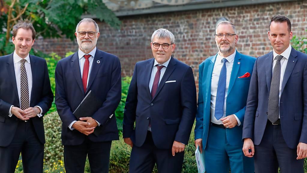 Die EFTA/EU-Delegation des Schweizer Parlaments hat der EU-Zentrale in Brüssel einen Besuch abgestattet. Mit dabei waren (von links nach rechts) Thomas Aeschi (SVP/ZG), Carlo Sommaruga (SP/GE), Eric Nussbaumer (SP/BL), Hans-Peter Portmann (FDP/ZH) sowie Damian Müller (FDP/LU).