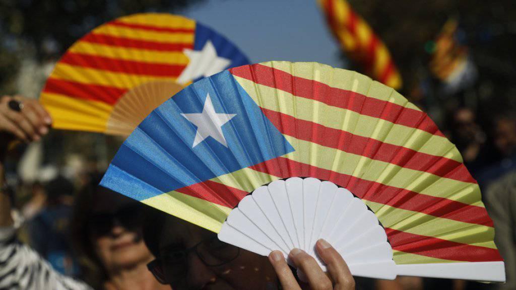 Demonstranten mit Fächern in den Farben der katalanischen Flagge protestieren in Barcelona. Das Parlament Kataloniens hat am Freitag die Unabhängigkeit von Spanien erklärt.