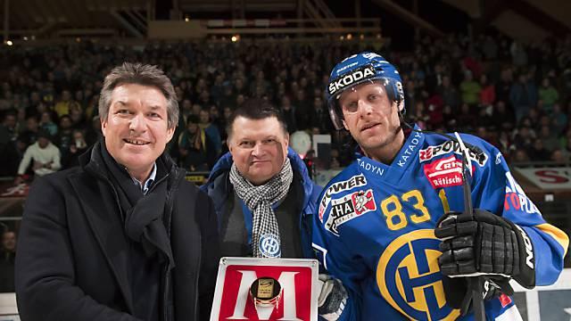 Reto von Arx wird von NLA-Chef Kuonen und HCD-Präsi Domenig geehrt.