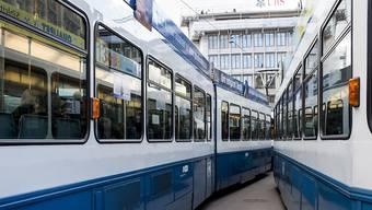 In Schlieren kam es heute zu einem folgenschweren Unfall. Ein Tram kollidierte mit einem 83-jährigen Mann.